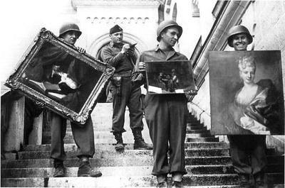 James Rorimer, officier du MFAA, supervisant des soldats américains récupérant des oeuvres d'art au château de Neuschwanstein