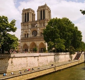 Notre Dame next to the Seine river