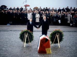 Bundeskanzler Kohl in Frankreich 1984 / Gedenken der gefallenen Soldaten in Verdun