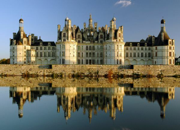 Book ParisByM day trips from Paris to the Loire Valley. You will see the main castles: Chambord, Chenonceau, Azay Le Rideau and Villandry gardens. Chateau de Chambord, Paris tour packages, Loire valley map