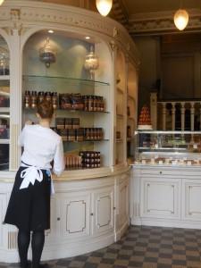 Serveuse chez Angelina salon de thé