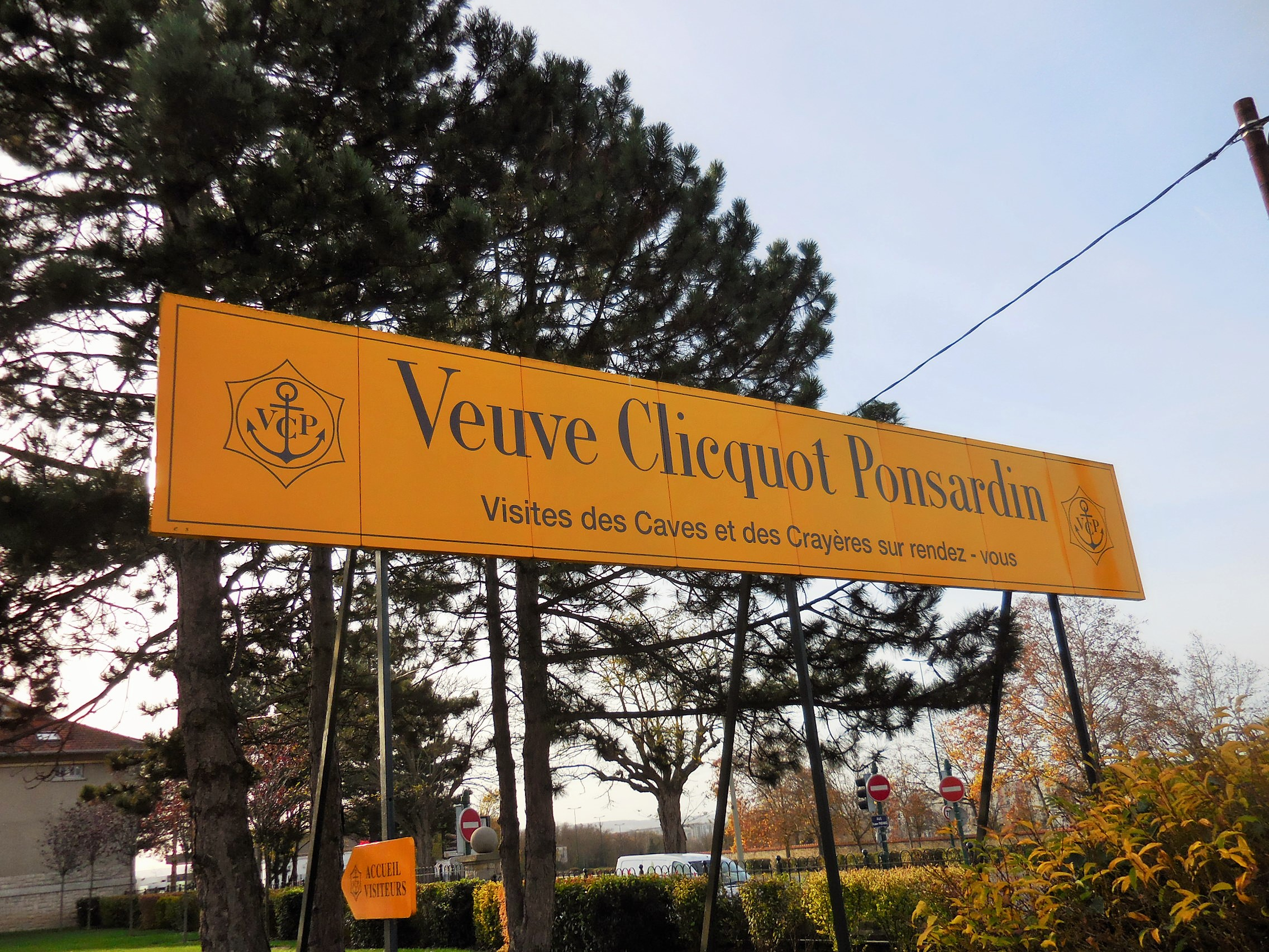 Bottle of champagne, tasting, small local producer, visit of a cellar, famous houses and domains, Veuve Clicquot